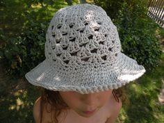 chapeau crocheté pour enfant de 4 à 8 ans. Modèle simple et gratuit crocheté au point coquille.