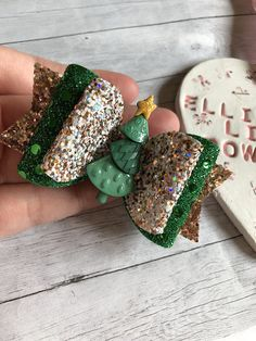 Measures approx Comes on clip or nylon band Made from glitter and leatherette Christmas Tree Bows, Christmas Diy, Ribbon Crafts, Ribbon Bows, Diy Headband, Bow Headbands, Hairbows, Hair Bow Tutorial, Making Hair Bows