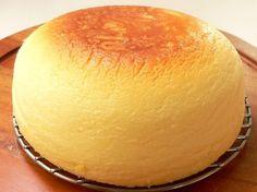 炊飯器で作る、ふわっふわのチーズケーキ。シフォンケーキよりもしっとり濃厚なスフレタイプです。お月様のようなまんまるな見た目で、ナイフを入れるのが惜しくなってしまうほど。ぜひお試しください。 Rice Cooker Cake, Rice Cooker Recipes, Cooking Recipes, Rice Cooker Cheesecake, Japanese Cake, Japanese Sweets, Cute Food, Yummy Food, Homemade Sweets