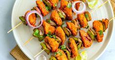Grilované alebo pečené špízy so šťavnatými kúskami kuraťa prevoňanými indickými koreninami. Le Curry, Nutrition, Tandoori Chicken, Carrots, Shrimp, Steak, Treats, Vegetables, Ethnic Recipes