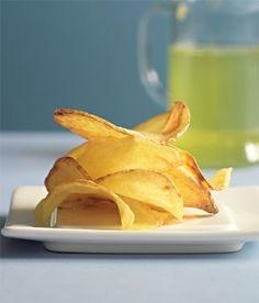 Domácí bramborové chipsy 1 kg brambor, varný typ B slunečnicový olej na smažení mořská sůl Příprava jídla  Syrové brambory oloupejte a na struhadle nakrouhejte na dva milimetry silné plátky a dobře je utěrkou osušte. V hlubokém hrnci nebo pánvi rozpalte olej, a když se z něj začne kouřit, vložte do omastku brambory na drátěné síťce a smažte je 5 minut. Poté je i se síťkou vyndejte a po půl minutě je vložte zpátky, pouze však na tři vteřiny, aby byly krásně křupavé. Posypte solí.