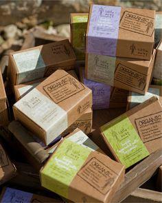 Tuotteet pakattu pieniin tai isoihin laatikoihin. (Muitakin vaihtoehtoja kuten pussit)