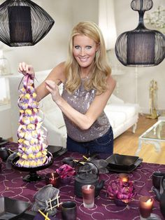 Best-selling author Sandra Lee hosts this user-friendly cooking show on the Food Network. Featuring recipes that make good use of specially selected store-bought products, Sandra demonstrates the easiest way to make delicious meals in just minutes. Sandra Lee Tablescapes, Chef Recipes, Food Network Recipes, Sandra Lee Recipes, Tv Chefs, Semi Homemade, Money Saving Meals, Best Chef, Food Shows