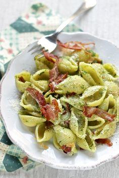 Conchiglie con pesto di spinaci , anacardi e speck croccante