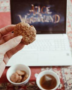 Cookie de avelã com chá de hortelã (e assistindo Alice in Wonderland pra me inspirar nas próximas ilustrações). . . #teatime #cookies #aliceinwonderland #photogrid #photography #vsco #vscophotography