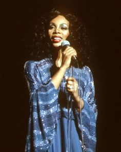 Celebrating Donna Summer's Best Disco Queen Moments Dance Music, Disco Queen, Dona Summer, Summer 3, Summer Poses, 90s Fashion, Vintage Fashion, Musica Disco, Grunge