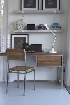 Een kleine, maar complete, werkplek in de woonkamer.