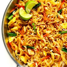 The BEST Pad Thai recipe! It's easy to make with either chicken, beef, pork, shrimp or vegetarian (with or without tofu), and tastes even better than the restaurant version! A delicious healthy dinner recipe that everyone will love. Vegetarian Recipes, Cooking Recipes, Healthy Recipes, Easy Recipes, Vegetarian Pad Thai, Thai Vegan, Healthy Pad Thai, Healthy Recipe Videos, Pad Thai Receta