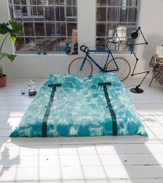 Vous rêver de devenir un nageur olympique ou une sirène ? Vous allez pouvoir nager et entretenir votre corps de rêve sans effort et sans être mouillé grâce à cette parure de lit.
