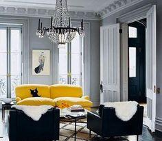 canape cuir jaune dans salon peinture grise et fauteuil noir