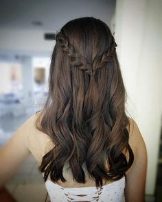 The semipresos hairstyles are great options to get out of the routine, because it can be simple and even more elaborate. Check and versatile ideas. Quince Hairstyles, Ball Hairstyles, Braided Hairstyles, Hairdo For Long Hair, Curly Hair Tips, Curly Hair Styles, Aesthetic Hair, Hair Videos, Hair Looks