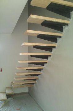 Escalier limon acier dans le mur , platines acier et marches en hévéa 44 mm Staircase Design Modern, Staircase Railing Design, White Staircase, Interior Staircase, Floating Staircase, Modern Stairs, Stairs Handle, Cantilever Stairs, Auditorium Seating