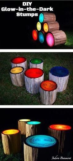 Das muß ich unbedingt diesen Sommer in unserem Garten ausprobieren. Baumstumpf mit Glow-In-The-Dark Farbe anstreichen und anschließend abwischen. Die Farbe bleibt in den Jahresringen des Holzes hängen und hinterläßt diese schönen Muster.