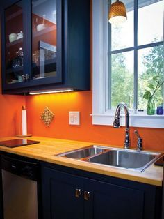 20 Best Timeless and Beautiful Modern Kitchen Colour Schemes to Makeover Your Home - Contemporary Kitchen, Remodel Kitchen Ideas - Designblaz Burnt Orange Kitchen, Orange Kitchen Walls, Orange Kitchen Decor, Home Decor Kitchen, New Kitchen, Orange Walls, Decorating Kitchen, Kitchen Retro, Navy Walls