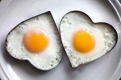 ¿Sabías que el consumo de huevo no aumenta los niveles de colesterol? Despejamos todas las dudas que puedas tener sobre este mito en esta entrada. #nutrición #colesterol #huevos #alimentatubienestar