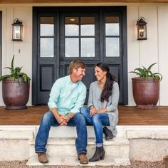 the Fixer Upper Look: 43 Ways to Steal Joanna's style A front door doesn't have to be a bold hue to make a statement. To copy the Fixer Upper look, opt for a dark neutral hue or a natural wood version that hints to the modern-rustic details inside. Fixer Upper Hgtv, Fixer Upper House, Gaines Fixer Upper, Fixer Upper Kitchen, Chip E Joanna Gaines, Chip Gaines, Jo Gaines, Magnolia Joanna Gaines, Joanna Gaines Style