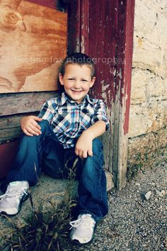 Her lil boy, on steps Matabeleland Barn Family Photos, Farm Family Pictures, Family Shoot, Spring Family Pictures, Family Posing, Family Portraits, Fall Pictures, Little Boy Poses, Lil Boy