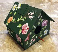 Casa de passarinho com pintura bauernmalerei, para decorar sua residência, churrasqueira, jardim d inverno. Pode ser usada pendurada ou sobre móvel. Cor verde com flores coloridas. Por ser pintura artesanal, pode ocorrer alterações nas cores e formatos das flores.