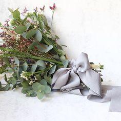 With this gorgeous bouquet from @margarita_miamor any hand dyed silk ribbon looks stunning  /  Con esta maravilla de ramo de @margarita_miamor cualquier lazo de seda teñido a mano queda precioso  #sieribbons