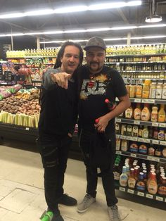 ¡Que pequeño es el mundo! En el supermercado me encontré a mi amigo Dilson Díaz, vocalista de La Pestilencia. #FreakshowFIVE
