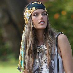 Alessandra Ambrosio no se complica y luce un panueño largo atado a la frente con su melena California Girl.