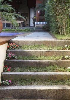 Paisagismo:   O sobe e desce do lado de fora da casa pode ser rodeado por arbustos, árvores, flores... Inspire-se nos projetos a seguir e tr...
