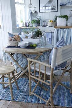 LANTLIGT BLÅTT OCH VITT - Blue and white.   Kombinationen blått och vitt är verkligen klassiskt, fräscht och vackert! Det är lätt att förstå varför färgerna har blivit så populär nu lagom till sommaren, det är ju en perfekt kombo att använda sig av för att inreda, exempelvis sommarstugan!