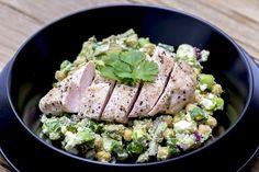 Good morgen! Jeg håper du er klar for litt kjapp, enkel og grønn middagsinspirasjon! Tanken var å lage denne salaten uten kylling, men Lars-Kristian ville ha noe mer enn bare salat, så da fikk mannfolket bestemme 😉 Du kan med andre ord fint lage den uten kyllingen, det velger du helt selv. til 2store+ 1 …