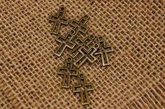 Σταυρός Περίγραμμα  Μεταλλικός σταυρός περίγραμμα.Χρησιμοποιήστε τους για να δημιουργήστε μοναδικές μπομπονιέρες και προσκλητήρια, δώρα και γούρια, στολίστε λαμπάδες, κουτιά βάπτισης και λαδοσέτ. Συνδυάστε τα μεταλλικά στοιχεία με κορδόνια, κορδέλες, δαντέλες και κουμπιά και δώστε στις δημιουργίες σας μια ξεχωριστή, vintage πινελιά.Η συσκευασία περιέχει 50 τεμάχια. Enamel, Vintage, Glaze, Vitreous Enamel, Enamels, Vintage Comics, Tooth Enamel