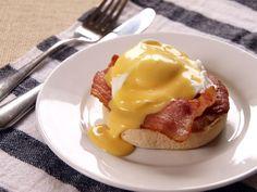 Ingredientes  1 muffin ou ciabata  4 fatias de bacon  2 ovos poached  70 g de molho hollandaise   Para o molho hollandaise:  16 gemas...