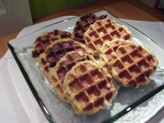 arde wafels Gaufres, hel waffele Dit zijn de wafels zoals die in Maastricht gegeten worden met Nieuwjaar. 250 g boter 200 g suiker 1 zakje vanillesuiker 2 eieren 500 g bloem 5 g bakammoniak (of 15 g bakpoeder) Roer de boter met de suiker en de vanillesuiker tot een zachte zalfachtige massa. Voeg een ei toe en roer het deeg goed door. Voeg dan het tweede ei toe en roer door. Meng de bloem met de bakammoniak (of het bakpoeder). Roer de bloem door het eier-botermengsel. Maak van het deeg…