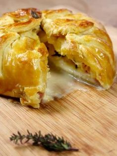 CAMEMBERT EN CROUTE (1 camembert - 1 pâte feuilletée - 1 tranche de lard - 1 branche de thym - 1 jaune d'oeuf)
