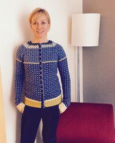 #nykofte#wiolakofta#snillmamma#heldigemeg#strikking#knitting#strikk Learn How To Knit, Mantel, Cardigans, Sweaters, Zip, Knitting, Blouse, Crochet, Color