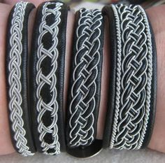 Neljä erilaista tinalankakorua. Kaikissa pohjana mustaa nahkaa. Päällä tinalankaa sekä mustaa nahkaa ja mustaa mokkaa. Four different black leather bracelets with twinned pewter thread.