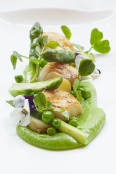 Isle of Mull scallop, pea puree, English asparagus and new Jersey Royals with wild garlic hollandaise - FOUR Magazine !