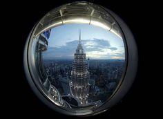 从 双峰塔 Petronas Towers 中的一座俯瞰吉隆坡 Kuala Lumpur,马来西亚 Malaysia。第27届东盟峰会于11月21日至23日在吉隆坡举行,宣布建立「东盟经济共同体」Asean Economic Community,进一步降低成员国之间的关税并开放签证限制。东盟 ASEAN 成立于1967年,由马来西亚、柬埔寨、新加坡、泰国、文莱、越南、印度尼西亚和菲律宾等东南亚国家组成。摄影师:Jorge Silva