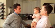 Малыш впервые знакомится с близнецом своего папы