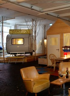 Tired of boring hotel rooms? Spend some nights in Hüttenpalast in Nëukolln! Here your room can be an old caravan or a wooden hut! #berlin #hotel (Photo: Jan Brockhaus)