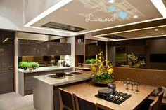 Cozinha com ilha, cooktop e coifa. inspirações.