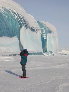 Les vagues géantes de l'Antarctique Les immenses vagues gelées, un phénomène naturel exceptionnel, ont été immortalisées par l'astrophysicien et photographe français Tony Travouillon lors de son voyage en Antarctique. Voici quelques uns des plus beaux clichés réalisés.