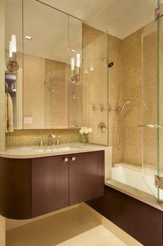 aménager une petite salle de bains avec une baignoire douche lavabo et armoire