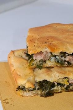 pizza con salsiccia, friarielli e provola               Questa pizza a Napoli è un classico,  i friarielli sono simili ai broccoli di rape,...