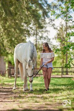 mili en equiland www.estudio3n.com.ar #quinceños #quinceañera #ideasposes #caballos #horses #15 #equiland Horse Girl Photography, Photography Poses, Pictures With Horses, Pretty Horses, Quinceanera Dresses, Horse Riding, Livestock, Gandalf, Heartland