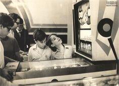 Garotos jogam fliperama, Copacabana, Rio de Janeiro, agosto de 1970. Arquivo Nacional. Fundo Correio da Manhã. BR_RJANRIO_PH_0_FOT_04894_007 Ph, National Archives, Rio De Janeiro