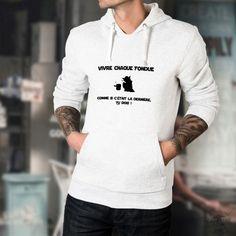 Pull humoristique blanc à capuche avec ★ Vivre chaque fondue comme si c'était la dernière, tu DOIS ! ★inspiré des célèbres répliques de Yoda dans la saga Star Wars Adidas Nmd R1, Fondue, Slogan, Pull Sweat, Under Armour, Urban Outfitters, T Shirt, Graphic Sweatshirt, Pulls