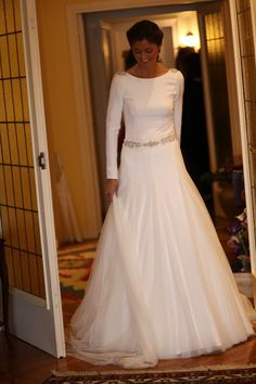 Cosas Que Son Beautiful: Una novia con manga larga Modest Wedding Gowns, Wedding Dress Sleeves, Wedding Party Dresses, Bridal Gowns, One Shoulder Wedding Dress, Wedding Pics, Wedding Styles, Wedding Ideas, Vestido Strapless