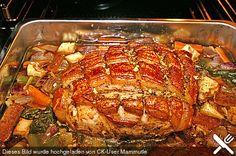 Saftiger Schweinebraten Zutaten 1,2 kg Schweinenacken ohne Knochen etwas Salz etwas Pfeffer 2 Zehe/n Knoblauch 1 EL Kümmel 1 EL Majoran 1 EL Zitronenschale, geriebene 2 EL Butterschmalz 2 Zwiebel(n) 2 Karotte(n) 500 ml Bier, helles 500 ml Gemüsebrühe 1 EL Meerrettich etwas Saucenbinder, dunkler 1 gr. Dose/n Sauerkraut (770 g) 1 Zwiebel(n) 1 EL Butter 200 ml Weißwein 200 ml Gemüsebrühe 2 Lorbeerblätter 3 Wacholderbeere(n), zerdrückte einige Nelke(n)