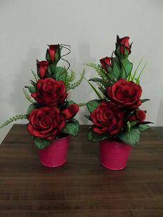 Red Rose Arrangements, Valentine Flower Arrangements, Floral Centerpieces, Ikebana, Nylon Flowers, Candy Crafts, Victorian Flowers, Crepe Paper Flowers, Flower Boxes