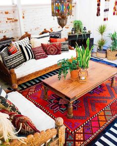 3 Bohemian Living Room Design Ideas to Warm Up Your Home - A bohemian living room looks cozy, inviting, and full colors. Here are some of our favorite ideas to inspire you. Indian Living Rooms, Cozy Living Rooms, Living Room Decor, Bedroom Decor, Gypsy Home Decor, Indian Home Decor, Moroccan Decor, Moroccan Bedroom, Moroccan Lanterns
