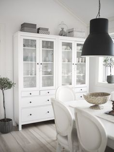 Copia lo stile: vetrine Hemnes e lampade Hektar, di Ikea. @Maria Elisabeth Norðtún